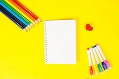 Draufsichtkonzept der Bildung, zuerst von September zurück zu Schule mit Bleistiften, leerer Notizblockgelbhintergrund Lizenzfreies Stockbild