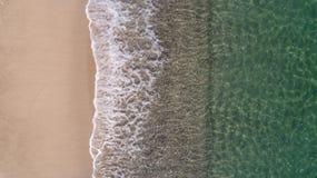 Draufsichtlandschaftsszene von den Wellen, die auf leerem tropischem Strand zusammenstoßen lizenzfreies stockfoto