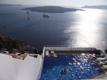 Draufsichtleute im Pool in Santorini lizenzfreie stockfotos