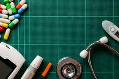 Draufsichtluftbild Zubehör des medizinischen Stethoskops und pil Stockfotografie