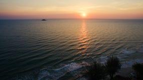 Draufsichtluftfoto vom Fliegenbrummen des schönen Sonnenuntergangs auf t Lizenzfreies Stockfoto