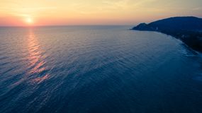 Draufsichtluftfoto vom Fliegenbrummen des schönen Sonnenuntergangs auf t Lizenzfreie Stockfotografie