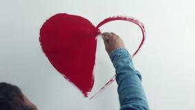 Draufsichtmann, der ein Herz zeichnet stock video