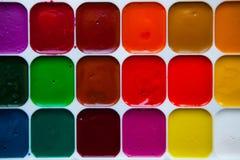 Draufsichtpalette von Aquarellfarben im Kasten lokalisiert auf weißem b Lizenzfreie Stockbilder