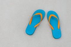 Draufsichtpantoffel auf Sand Stockfotos