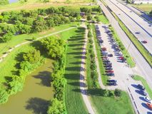 Draufsichtparkeingangs-Parkplatz nahe Autobahn in Houston, Texa stockfotos