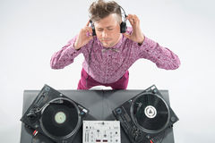 Draufsichtporträt von DJ mischend und spinnend Stockbilder