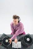 Draufsichtporträt von DJ mischend und spinnend Lizenzfreie Stockbilder