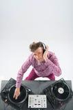 Draufsichtporträt von DJ mischend und spinnend Stockbild