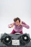 Draufsichtporträt von DJ mischend und spinnend Stockfoto