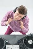 Draufsichtporträt von DJ mischend und spinnend Stockfotografie