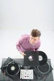 Draufsichtporträt von DJ seine Vinylaufzeichnungen zeigend Stockfotografie