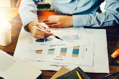 Draufsichtprozessnahaufnahme, die Investitionsdiagramm analysiert Stockbilder