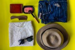 Draufsichtreise-Lebensstil mit Schönheit bilden zerrissene Jeans, Sonne stockfotos