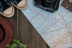 Draufsichtreisekonzept mit anderen Einzelteilen auf hölzernem Hintergrund lizenzfreie stockfotografie