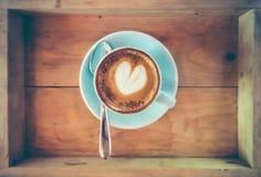 Draufsichtschale heiße Kaffeekunst auf Untertasse mit Löffel Stockfotos