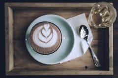 Draufsichtschale Kunst der heißen Schokolade auf Untertasse mit Löffel und Tee Stockbilder