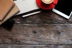 Draufsichtschuß des Tablet-, Laptop-, Smartphone- und Kaffeetassenotizblockes stockfoto