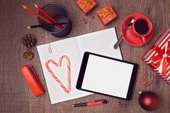 Draufsichtspott herauf Schablone des Desktops für Weihnachten mit digitaler Tablette und Geschenkboxen Heldtitelbild Lizenzfreie Stockfotografie