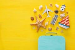 Draufsichtstrand und Ferienkonzept mit Seelebensstilsgegenständen lizenzfreie stockfotos