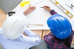 Draufsichtszene mit Architektenausrüstung vereinbarte um das Papier Zeichnungsprojekt auf leerem Weißbuch Stockbilder