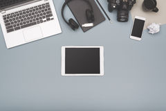 Draufsichttablette und Laptopheldtitel Stockfotografie