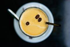 Draufsichttasse kaffee verziert mit Kaffeebohnen Lizenzfreies Stockbild