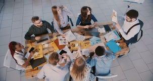 Draufsichtteamwork-Konzept, Gruppe kreative multiethnische Geschäftsleute hören auf den männlichen Führer, der im modernen B stock video