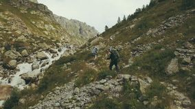 Draufsichttouristen, die in Berg reisen Touristen, die entlang Gebirgsfluss gehen stockbilder
