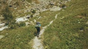 Draufsichttouristen, die in Berg reisen Touristen, die entlang Gebirgsfluss gehen lizenzfreies stockbild
