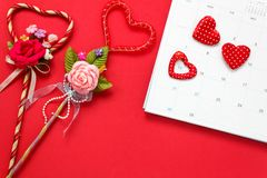 Draufsichtvalentinsgrußtageshintergrund und -dekorationen der rote Stift m Lizenzfreie Stockbilder