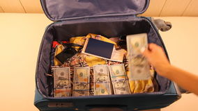 Draufsichtverpackungsweinlese-Koffermädchen, die Autoreise planen stock video footage