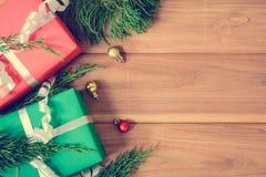 Draufsichtweihnachtsgeschenkbox auf hölzerner Tabelle Lizenzfreies Stockbild