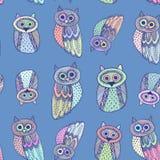 Dravn décoratif de main Owl Sketch Doodle mignon sur le fond bleu Seul arbre congelé Vecteur Photo stock