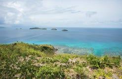Dravuni海岛视图俯视的珊瑚礁 图库摄影