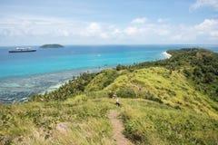 Dravuni海岛:海、礁石和热带风景 免版税图库摄影