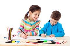 Draw för två liten ungar med crayons royaltyfri fotografi
