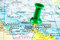 Draw-pin ραβδί στον πραγματικό χάρτη, που ταξιδεύει στο Ντουμπάι στοκ εικόνα με δικαίωμα ελεύθερης χρήσης