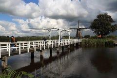 Drawbrdige在小孩堤防在荷兰 库存图片