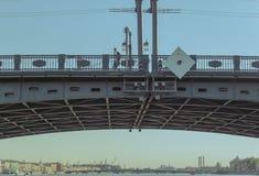 Drawbridge πέρα από τον ποταμό Neva στην Αγία Πετρούπολη, Ρωσία Άποψη κινηματογραφήσεων σε πρώτο πλάνο στοκ φωτογραφία με δικαίωμα ελεύθερης χρήσης