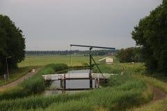 Drawbridge древесины над каналом кольца Zuidplaspolder в Moordrecht, Нидерландов стоковые фотографии rf