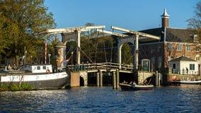 Drawbridge nad Amsterdam kanałową rzeką, Październik 13, 2017 obraz royalty free