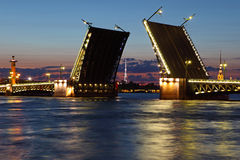 Drawbridge in St Petersburg nachts. Lizenzfreie Stockfotografie