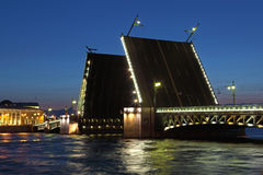 Drawbridge in St Petersburg nachts. Lizenzfreies Stockfoto