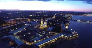 Drawbridge w St Petersburg, rzeczny Neva, biali hights zbiory