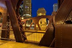 Drawbrige und Brücken-Haus in im Stadtzentrum gelegenem Chicago an der Dämmerung Lizenzfreie Stockbilder