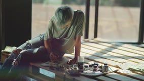 Drawin del artista de la mujer en la plataforma de madera Lugar para los textos a la izquierda almacen de metraje de vídeo