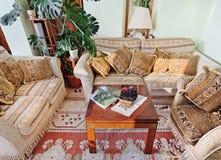 Drawing-room classico con mobilia barrocco immagine stock