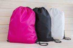 Drawstring πρότυπο πακέτων τρία, τσάντα για τα αθλητικά παπούτσια που απομονώνονται στο λευκό στοκ εικόνα με δικαίωμα ελεύθερης χρήσης