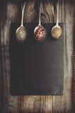 Dray pikantność na metal łyżce na czerń kamieniu z kopii przestrzenią Woode obrazy royalty free